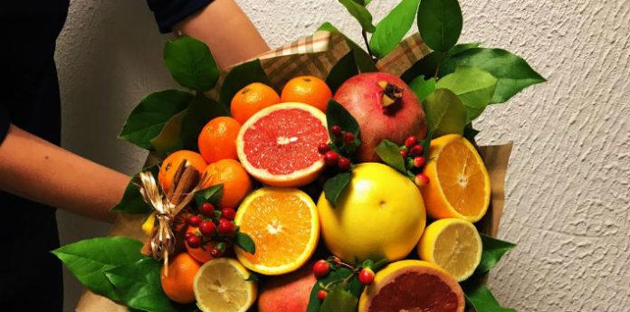 Вручить букет из фруктов