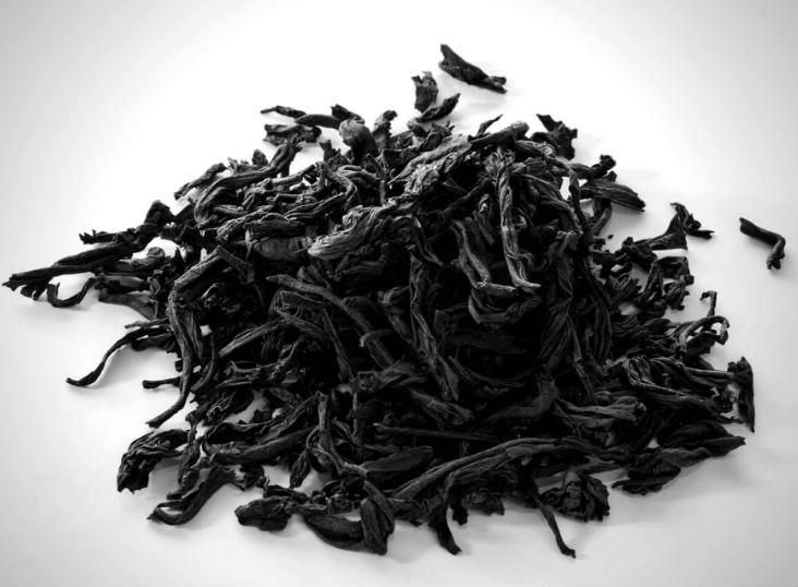 Сухая заварка дорогого черного чая фото