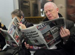 Чтение газеты в метро, помогает защититься от микробов