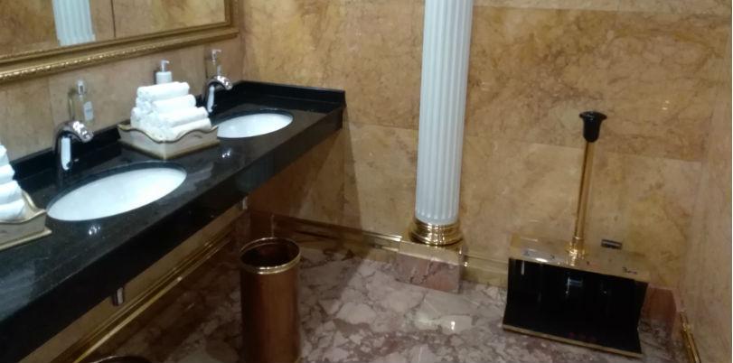Туалет в здании Гостиницы Украина