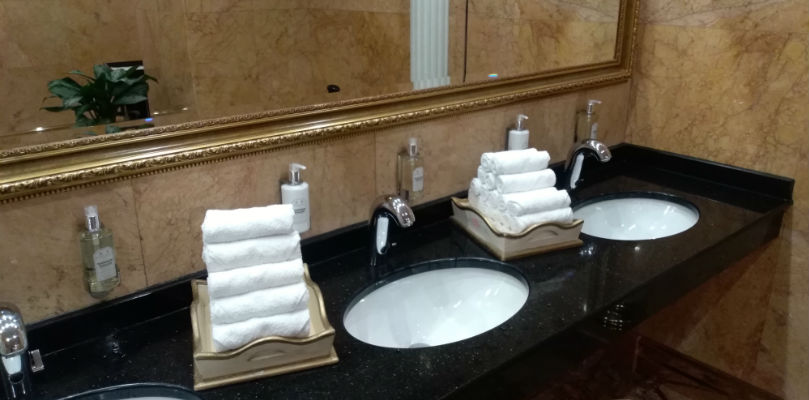 Вымойте руки в туалете гостиницы Украины