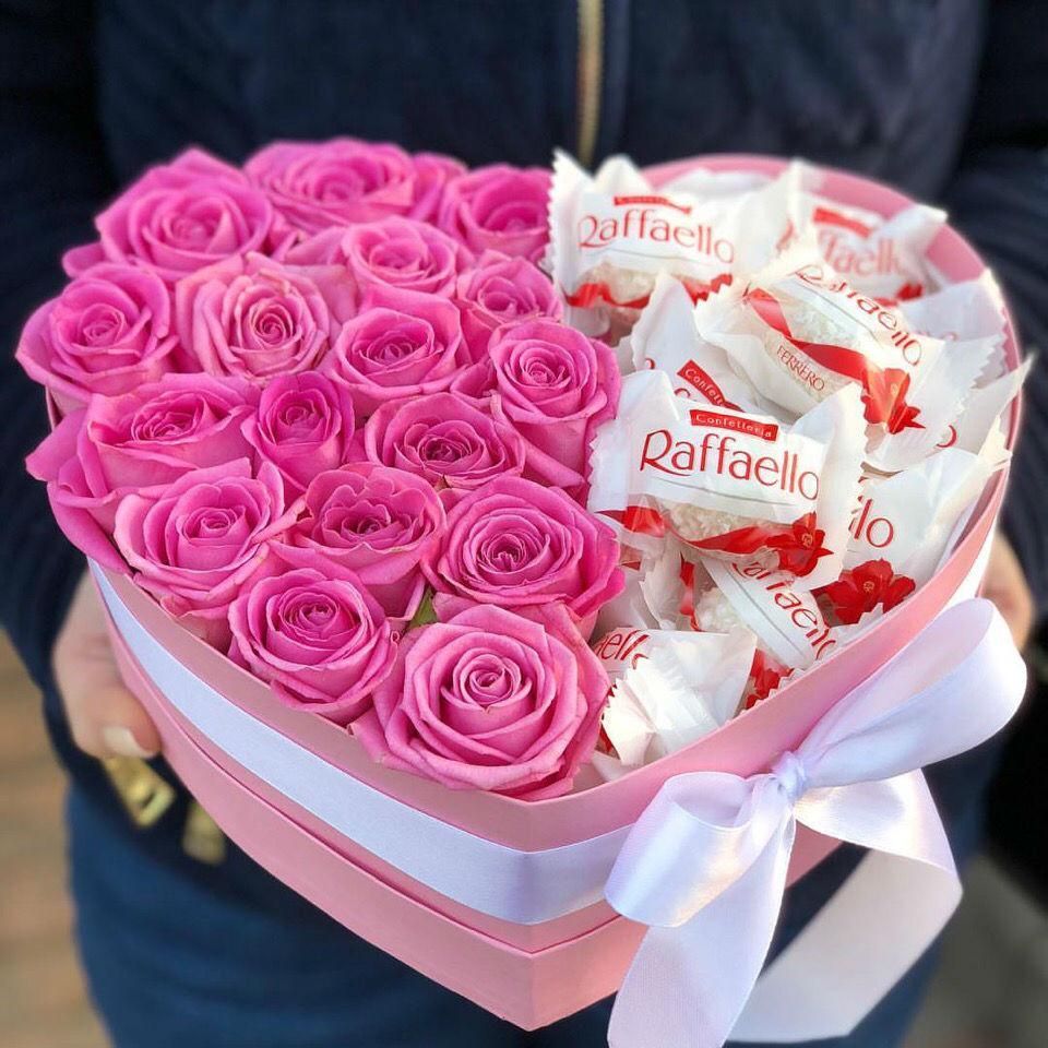 Букет роз в коробке с конфетами